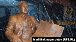 Назарбаев борборундагы Назарбаевдин айкели. 25-август, 2015-жыл.