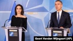 Анџелина Џоли, која е специјален претставник на ОН за бегалци и генералниот секретар на НАТО, Јенс Столтенберг.