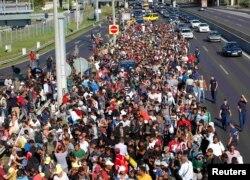 Migranți pe o autostradă din Ungaria, îndreptându-se spre Austria, 4 septembrie 2015