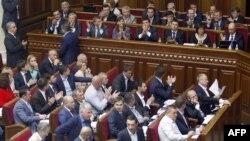 Украина парламенті депутаттары мемлекеттік қарызды қайта құрылымдау келісіміне дауыс беріп тұр. Киев, 17 қыркүйек 2015 жыл.