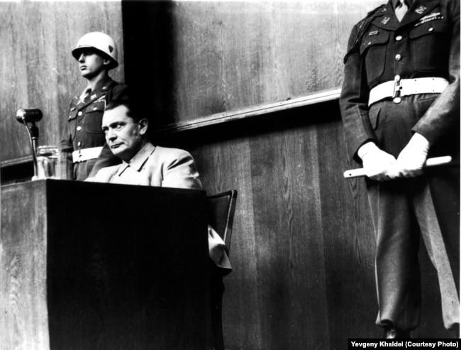 Создатель Гестапо и главнокомандующий Военно-воздушными силами Германии (Люфтваффе) Герман Геринг на судебном процессе над нацистами в Нюрнберге, 1946 год