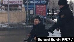 Ақтөбелік белсенді Асанәлі Суюбаевты (мүгедек арбасында) полиция әкетіп барады. 22 ақпан 2020 жыл.