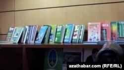 Türkmenistanyň kitaphanalarynyň birindäki kitaplar.