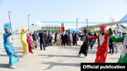 Встреча президента Узбекистана Шавката Мирзияева и его супруги в аэропорту Нью-Дели, 1 октября 2018 года.