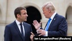 Emmanuel Macron (solda) və Donald Trump, 13 iyul, 2017