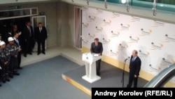 Владимир Путин слушает отчет Игоря Сечина