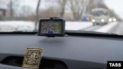 Көліктегі GPS навигаторы. Ресей. 11 желтоқсан 2012 жыл. (Көрнекі сурет)