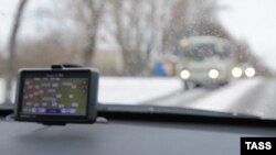 GPS-навигатор на передней панели автомобиля.