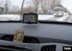 Навигатор GPS рядом с иконой в автомобиле в Иваново