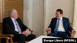 Directorul CIA John O. Brennan (stânga) și George fostuș șef al SRI George Cristian Maior, București, 18 iunie 2013.