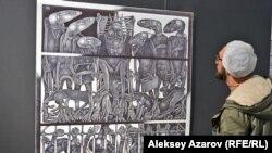 Посетитель рассматривает графическую работу «Кащей Бессмертный». Алматы, 10 апреля 2019 года.