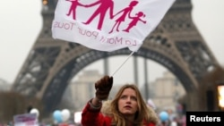 """""""Папа, мама, я – правильная семья"""". Сторонница движения Manif pour tous во время одной из манифестаций в Париже"""