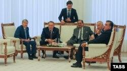 Toshkent sammitida ishtirok etayotgan prezidentlar (chapdan o'ngga) A.Atambaev, N. Nazarboev, M. Husayn, I. Karimov va I. Rahmon.