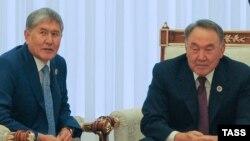 Президенты Кыргызстана и Казахстана (слева направо) Алмазбек Атамбаев и Нурсултан Назарбаев.