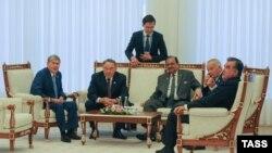 Участвующие в саммите ШОС в Ташкент политики (сидящие слева направо): президент Кыргызстана Алмазбек Атамбаев, президент КАзахстана Нурсултан Назарбаев, президент Пакистана Мамнун Хусейн, президент Узбекистана Ислам Каримов и президент Таджикистана Эмомали Рахмон. Ташкент, 23 июня 2016 года.