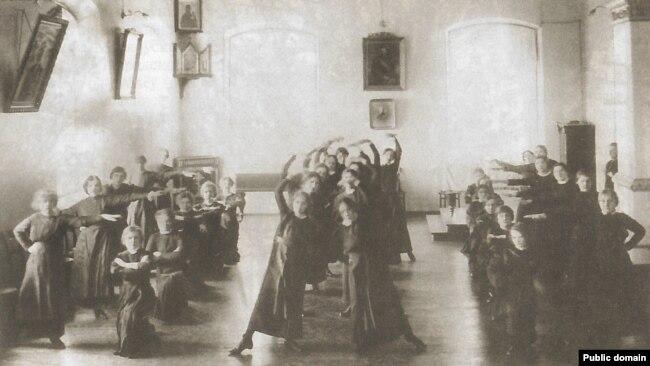 Ученицы Минской Мариинской женской гимназии во время урока физкультуры.  Из книги З.Шыбеки «Минскъ сто лет назад»