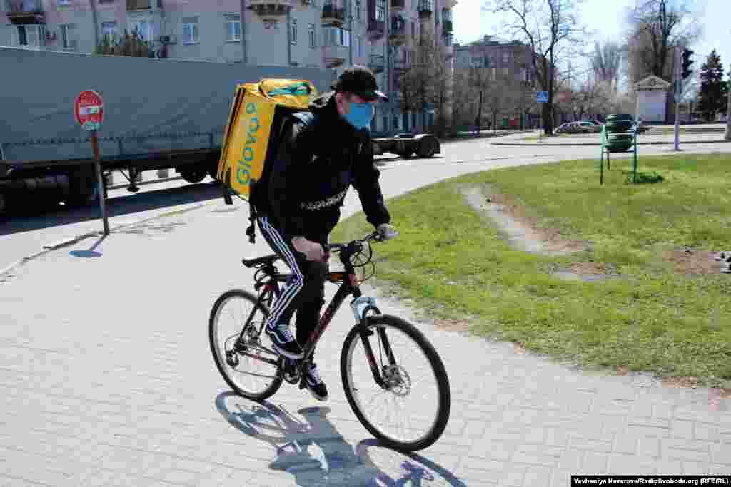 На вулицях побільшало велокур'єрів