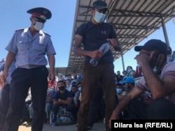 Полицейский возле человека, едва не потерявшего сознание, 3 июля 2020 года.
