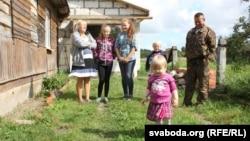 Сям'я Дуброўскіх каля бацькоўскай хаты, уякой цяпер іжывуць