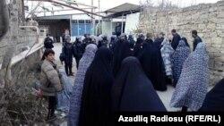 Специальные силы безопасности, в том числе женщины полицейские разговаривают с верующими женщинами поселка Нардаран. Баку, 1 декабря 2015 года.