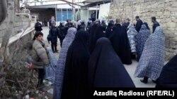 Жительки Нардарана вийшли назустріч поліції, яка проводить спецоперацію, 1 грудня 2015 року