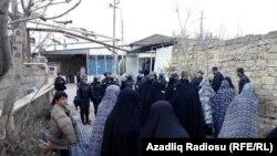 Женщины Нардарана вышли навстречу полицейским, которые проводят спецоперацию в поселке, 1 декабря 2015 года