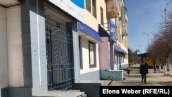 Ряд закрытых в городе Темиртау магазинов.