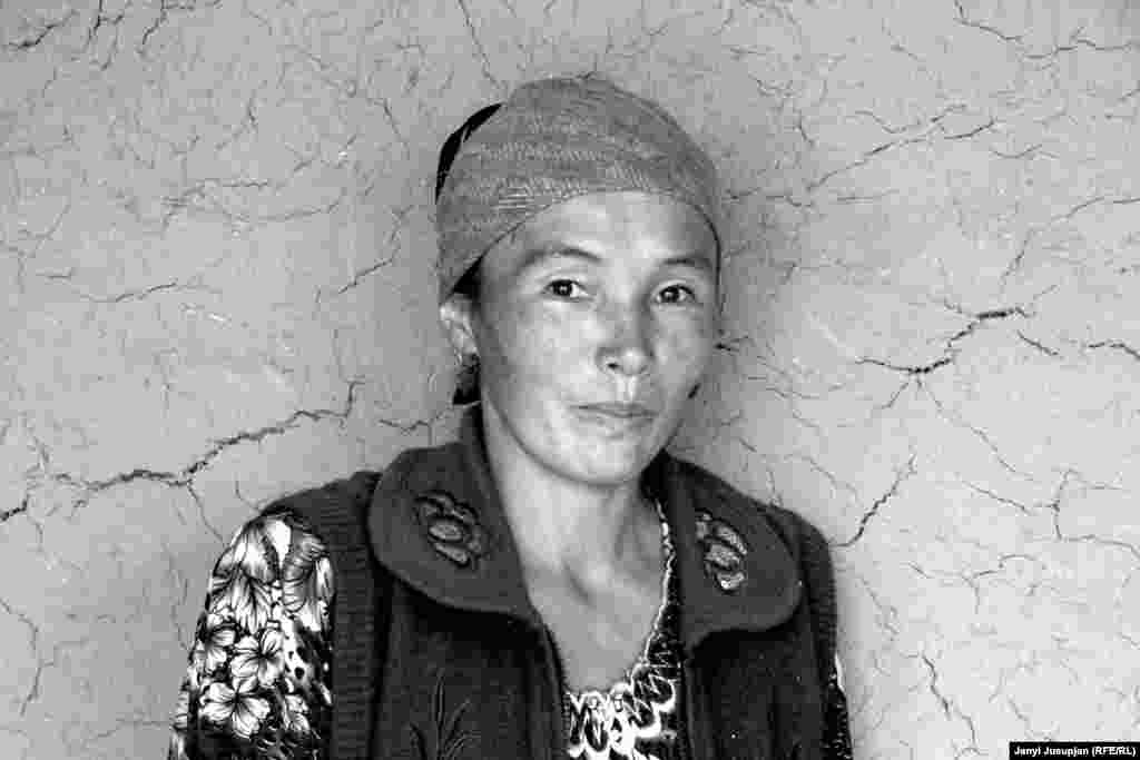 Asila lives in Duvana, the closest village to the Kyrgyz border, where villagers are dependent on cross-border trade. Her family keeps bees. Asila attended a school with Kyrgyz teachers who were sent to support the Kyrgyz community in this Tajik region. Since Tajikistan won its independence, the region's cultural ties with Kyrgyzstan have weakened.