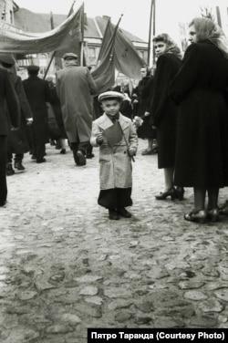 Хлопчык, які ўдзельнічаў у дэманстрацыі разам з бацькамі ад працоўнага калектыву швейнай фабрыкі, Баранавічы, 1960-я гады