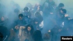 شلیک گاز اشکآور به میان معترضان توسط پلیس ترکیه