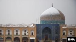 نمایی از گنبد مسجد شیخ لطفالله در صبح ۲۴ دی ۱۳۹۸