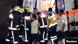 Медработники оказывают помощь пострадавшим при взрывах в аэропорту имени Ататюрка.