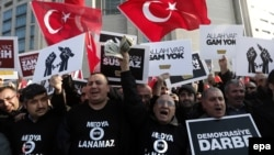 Turkey -- Supporters of the Hizmet movement of US-based Islamic cleric Fethullah Gulen shout slogans as they wave Turkish flags outside the Justice Palace in Istanbul, December 19, 2014