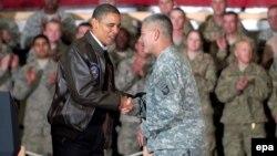 Президент США Барак Обама (слева) и командующий 101-й воздушно-десантной дивизией США генерал-майор Джон Кэмпбелл (справа) на аэродроме Баграм, Афганистан, 3 декабря 2010 года.
