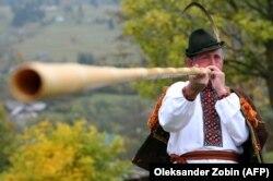Чоловік грає на трембіті у селі Лазещина на Закарпатті