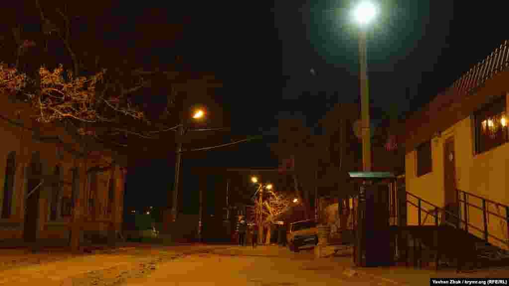 Одинокие прохожие на тихой улочке в центре Балаклавы