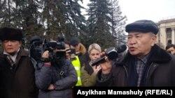 Участник протестной акции создаваемой Демпартии на протестной акции на площади Астана говорит в микрофон. Алматы, 22 февраля 2020 года.
