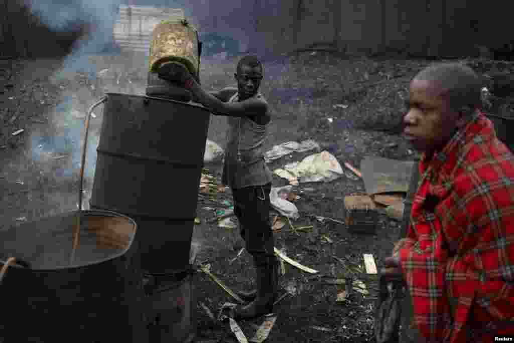 """Большинство жителей трущоб занимаются криминалом или производят домашний алкогольный напиток """"чангаа"""" – африканский вариант самогонки. В переводе с суахили – """"убей меня быстро"""""""