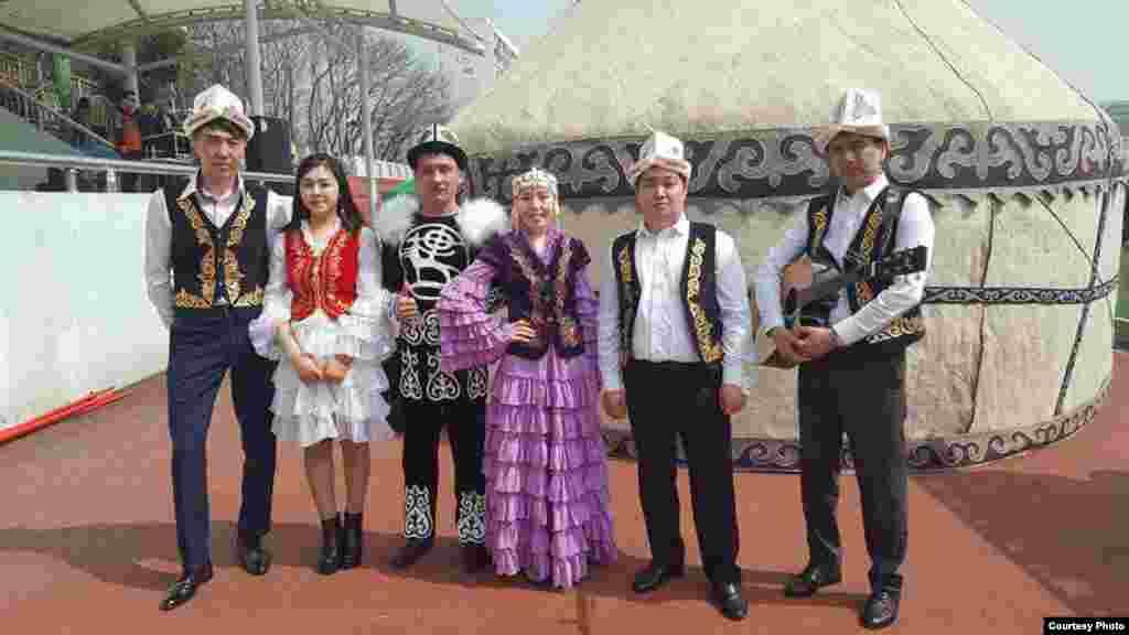 Түштүк Кореядагы кыргыздардын жалпы саны бейрасмий маалыматтар боюнча үч миңден-беш миңге чейин. Алардын 300дөйүн студенттер түзөт.