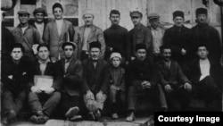 Группа мужчин-жителей села Корбек. Во втором ряду третий справа Халиль Меметов (отец Розиле), в первом ряду второй справа Мустафа Аджи-Осман огълу Языджи (дед Розиле). 1925 год. Семейный архив Розиле Меметовой
