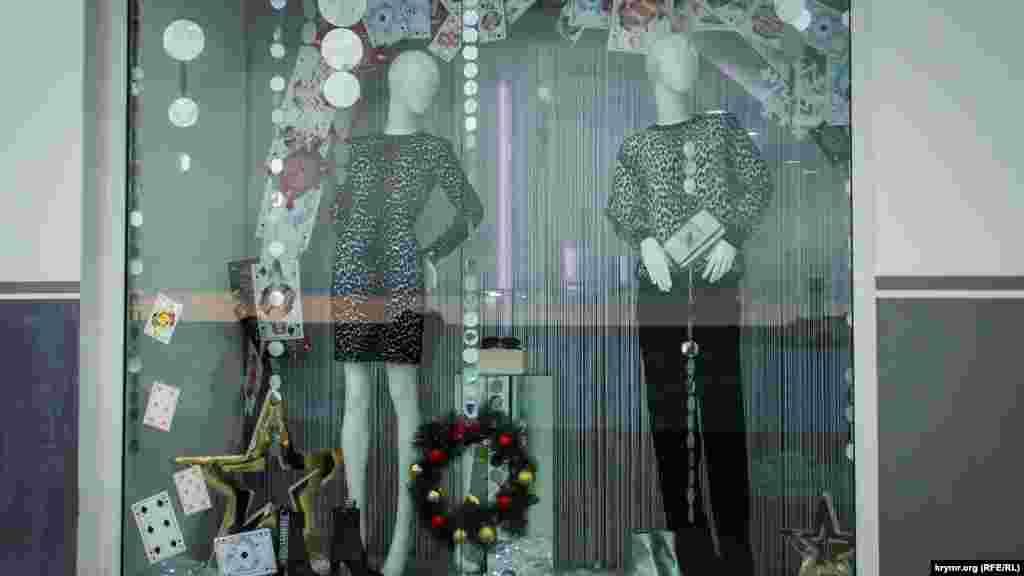 Владельцы модных бутиков одежды подошли к оформлению витрин творчески – как и в моде, сочетая порой несочитаемые вещи