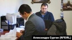 Адвокаты Эмиль Курбединов и Эдем Семедляев в офисе за час до прихода силовиков, 6 ноября 2018 года