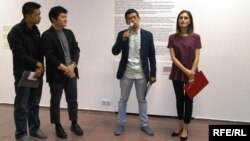 Чон Сон Тхе (2-й п) виступає на виставці