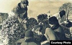 Кірмаш у Вільні. Продаж смаргонскіх абаранкаў на сьвятога Казіміра. Даваенны здымак.