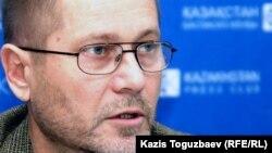 Тәуелсіз журналист Сергей Дуванов. Алматы, 8 желтоқсан 2010 жыл.