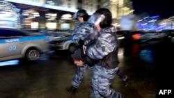 Полицейские задерживают сторонников оппозиционера Алексея Навального. Москва, 30 декабря 2014 года.