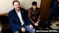 Илья Новиков (слева) в Кировском райсуде Казани