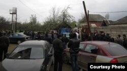 Lənkəranda insanlar ibadətdən əvvəl məscidin qarşısında (2 aprel 2013 / Foto: Xeber44.com)