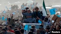 Ауғанстан президенттігіне кандидат Абдулла Абдулла (көліктің төбесінде қолын бұлғап отыр) Панджшер провинциясы тұрғындарымен кездесуге келді. Ауғанстан, 31 наурыз 2014 жыл.