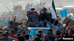 Кандидат в президенты Афганистана Абдулла Абдулла среди своих сторонников. Панджшер, 31 марта 2014 года.